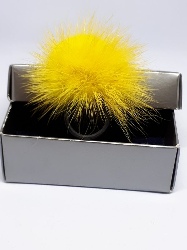 Κίτρινο γούνινο δαχτυλίδι
