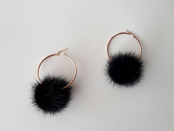Ατσάλινοι κρίκοι σκουλαρίκια με μαύρα γούνινα  πομπομ