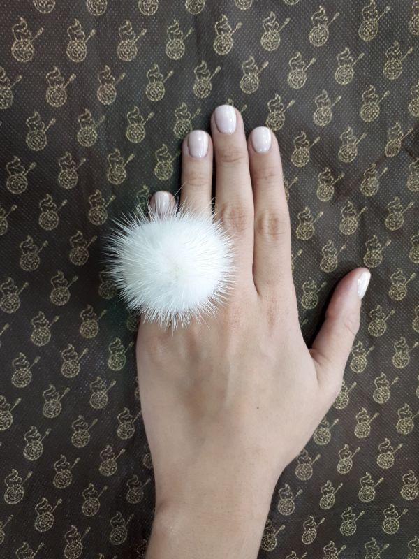 Άσπρο γούνινο δαχτυλίδι