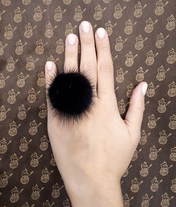 Μαύρο  γούνινο δαχτυλίδι