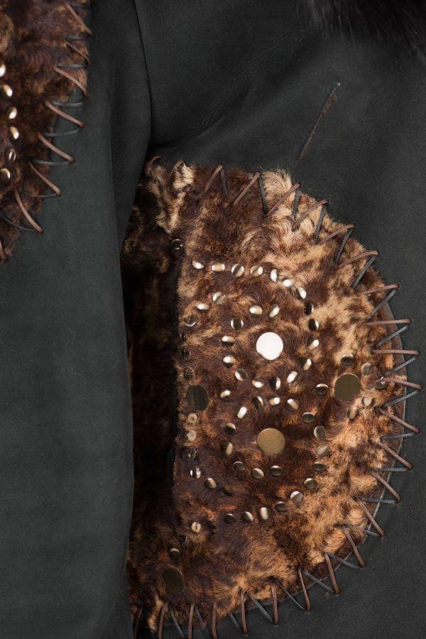 5361 -Μαύρη Sheepskin ζακέτα με χειροποίητα κεντήματα και τρουκ