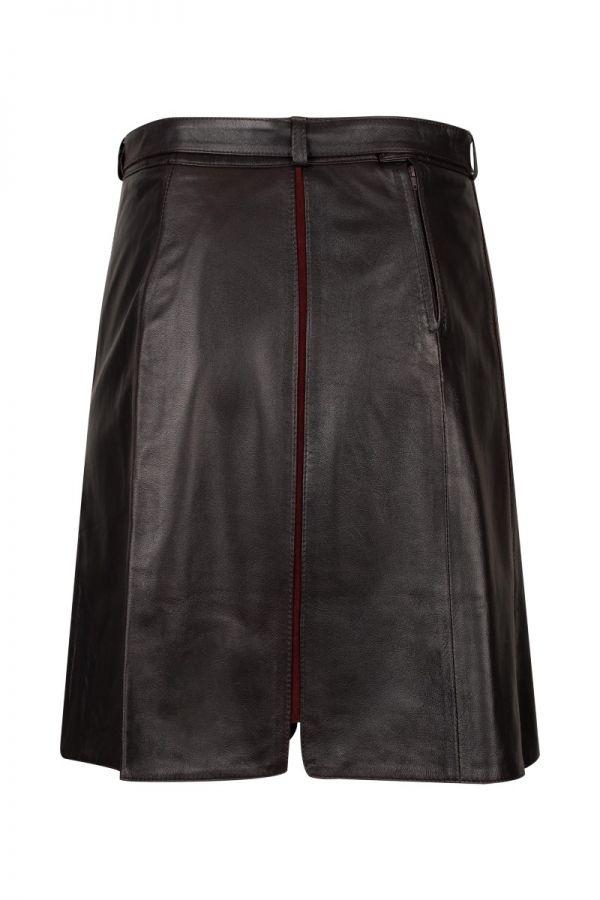 Μπορντό δερμάτινη φούστα με καστόρ ρίγες και δερμάτινη ζώνη.