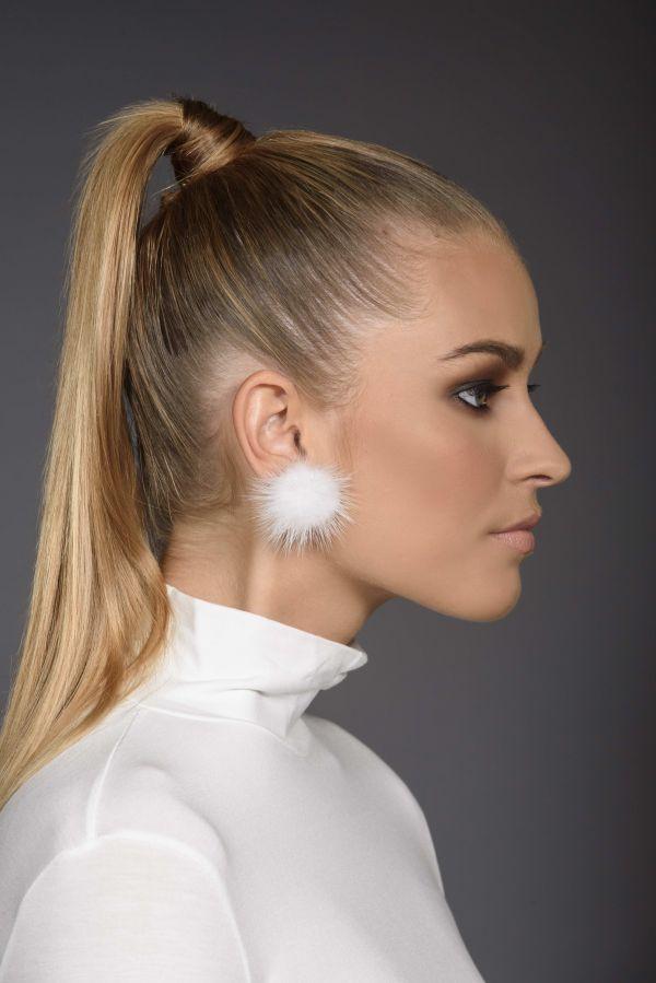 Ασημένια (925) σκουλαρίκια με άσπρη γούνα.